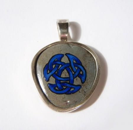 Handbemalter Stein aus Wales mit Knoten