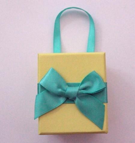 Geschenkbox gelb mit Schleife