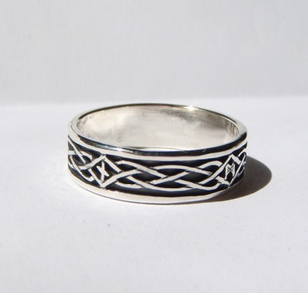 Ring mit Knotenmuster