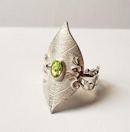 Ring Blatt mit Edelstein und Eidechsen