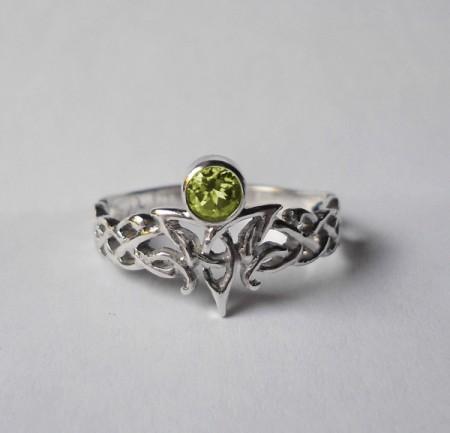 Ring mit keltischem Ornament und Edelstein