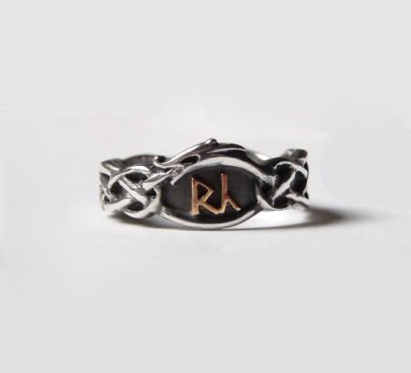 Ring mit Runen/Buchstaben im Urnesstil