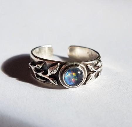 Zehenring mit Blättern und Opal